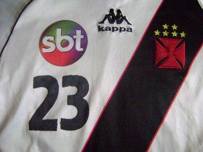 Vasco com logotipo do SBT na camisa