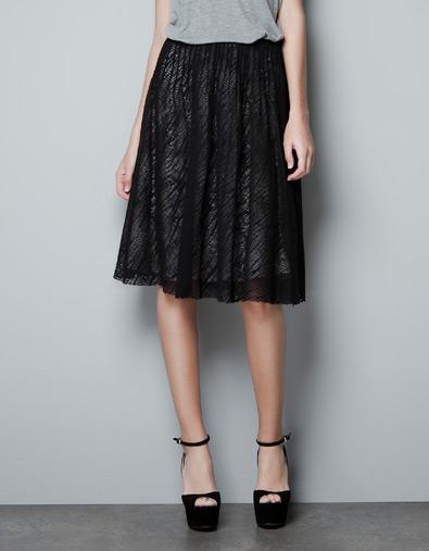 Falda encima rodilla Zara de color negro primavera/verano 2012.