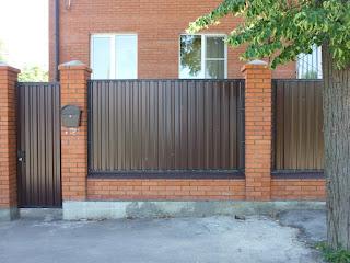 Забор из профлиста с кирпичными столбами. Фото 3