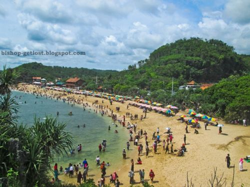 Suasana Pantai Indrayanti saat ramai pengunjung