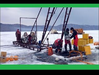 Cientistas lançaram a primeira etapa de um projeto pioneiro para capturar partículas de explosões de raios gama do Sol, estrelas e buracos negros. Um telescópio de alta tecnologia, o Dubna, foi colocado a 1,3 km sob o gelo no Lago Baikal, na Sibéria, para ajudar na pesquisa sobre as origens do Universo. Resumidamente, o equipamento foi projetado para estudar o fluxo natural de neutrinos de alta energia, partículas subatômicas quase sem massa.