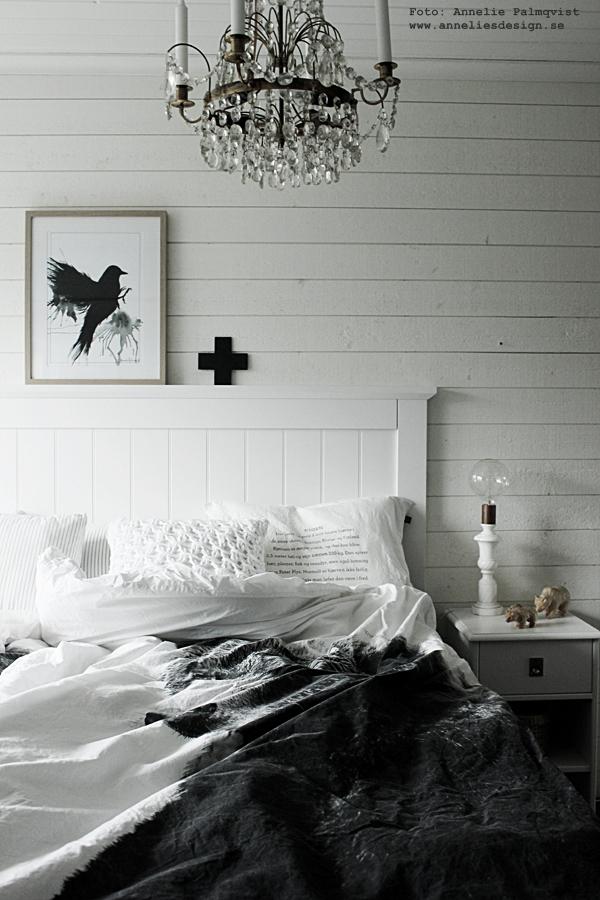 loppisfynd, björn, björnar, sovrum, sovrummet, inspiration, vitt, vit, vita, trävägg, säng, sängbord, tempursäng, webbutik, webbutiker, webshop, nätbutik, nätbutiker, inredning, liggande panelvägg, panelväggar, björnfamilj, loppis, fynd, handsnidat, snidat, snidade, taklampa, taklampor, by nord sängkläder,djurmotiv, interior, poster, posters, tavla, tavlor, print, prints, svart fågel, fåglar,svart och vitt, svartvit, svartvita, konsttryck, annelies design