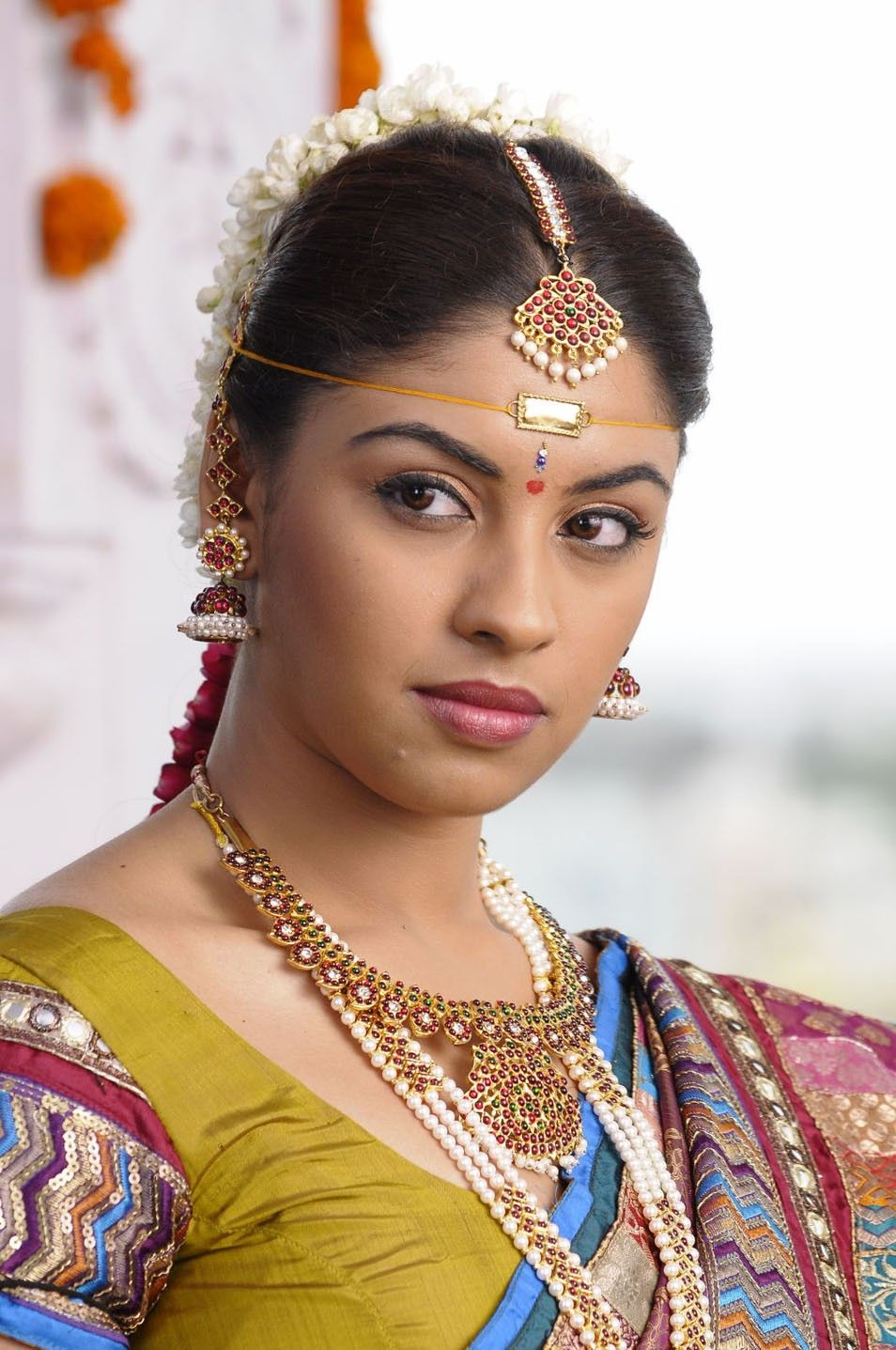 actress richa gangopadhyay in hot saree bridal makeup