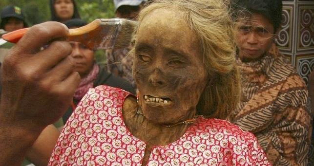 Νεκρά βρέφη σε κουφάλες δέντρων και ζόμπι που περιφέρονται στο χωριό - Ενα παράξενο θρησκευτικό έθιμο