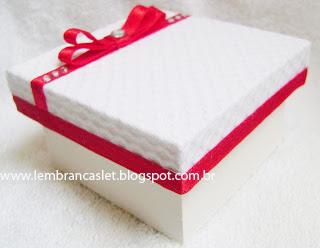 Lembrancinha casamento, caixa forrada, casamento, noivos, branco e fita vermelh
