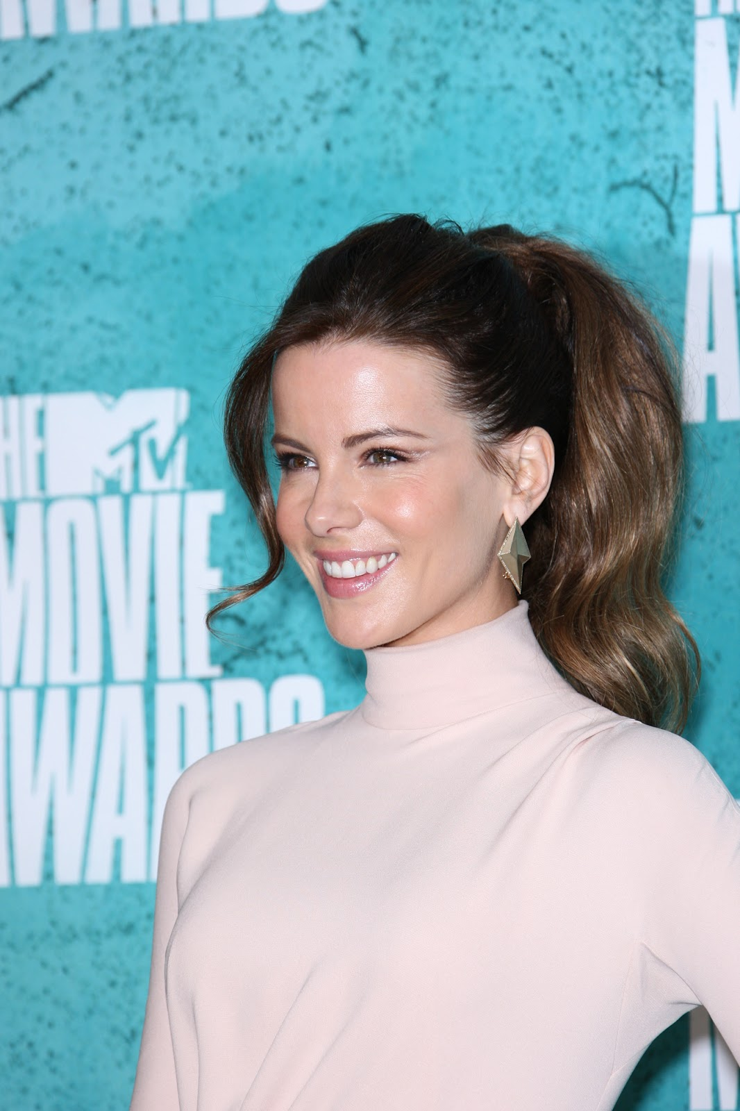 http://4.bp.blogspot.com/-PK0TkmeIqXk/T832fcxVEYI/AAAAAAAAtSI/w6Xrn4R0MVU/s1600/Kate_Beckinsale+-+MTV+Movie+Awards+2012+at+Universal+Studios%252C+June+3-007.jpg