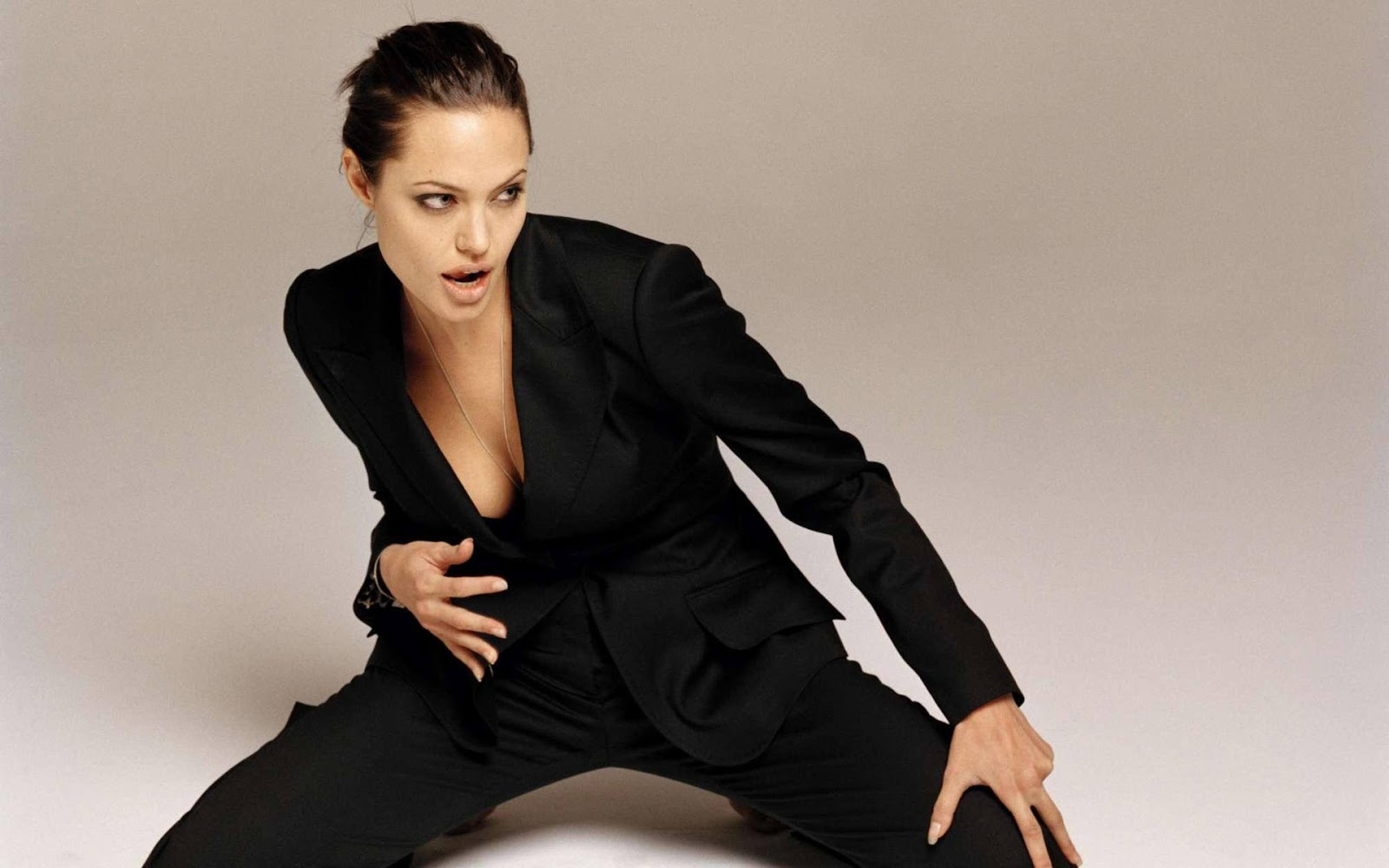 http://4.bp.blogspot.com/-PK9B3A4vWzA/TniNaLk8e8I/AAAAAAAACX8/U2jeSAe_byo/s1600/Angelina_Jolie_3.jpg