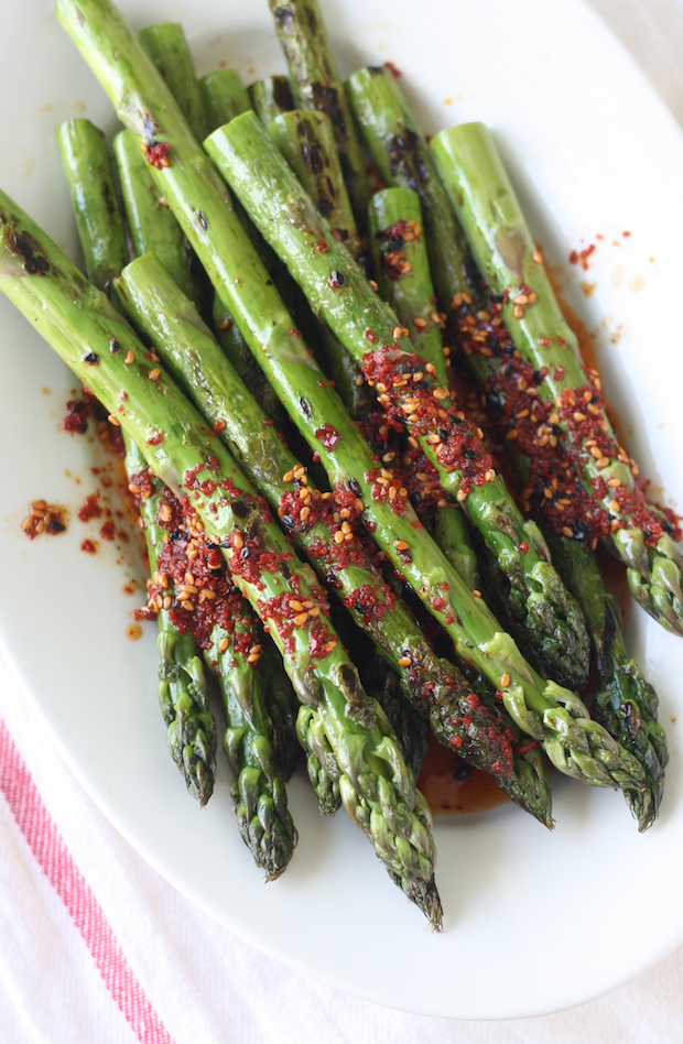 Grilled Asparagus with Spicy Korean Chili Dressing by SeasonWithSpice.com