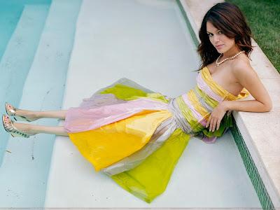 Rachel Bilson Wallpaper in swimming pool