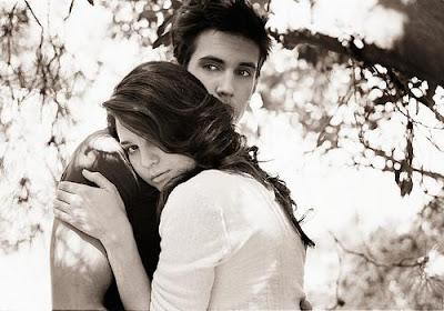 كيف تثبتين لزوجك انك تحبيه - بنت امرأة تحضن تحتضن رجل حبيبها - couple,grey,hug,love,b,w,man