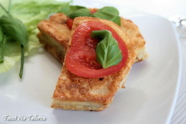 smażone francuskie tosty z mozzarellą i bazylią