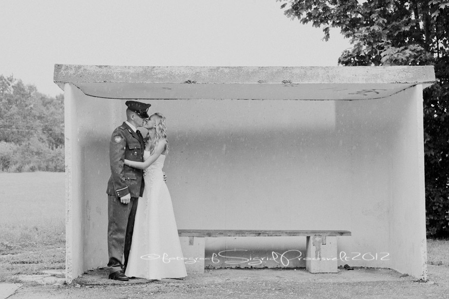 pruutpaar-laulasmaa-bussipeatuses