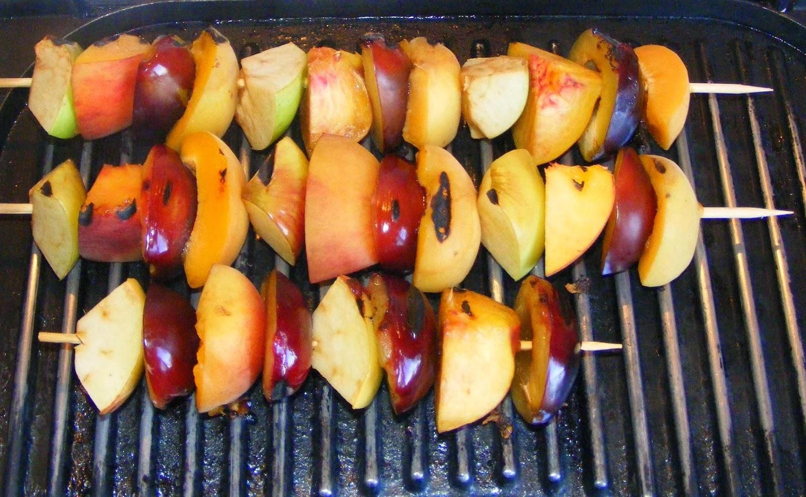 frigarui, preparare frigarui de fructe la gratar, preparare frigarui de fructe la gril, reteta frigarui, retete frigarui, frigarui de fructe, frigarui din fructe, frigarui cu fructe, retete cu fructe, fructe la gratar, fructe la gril, retete culinare,