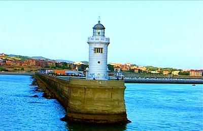 Faro en el Muelle de Arriluce