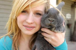 Perempuan Cewek Cantik dan Binatang Peliharaannya