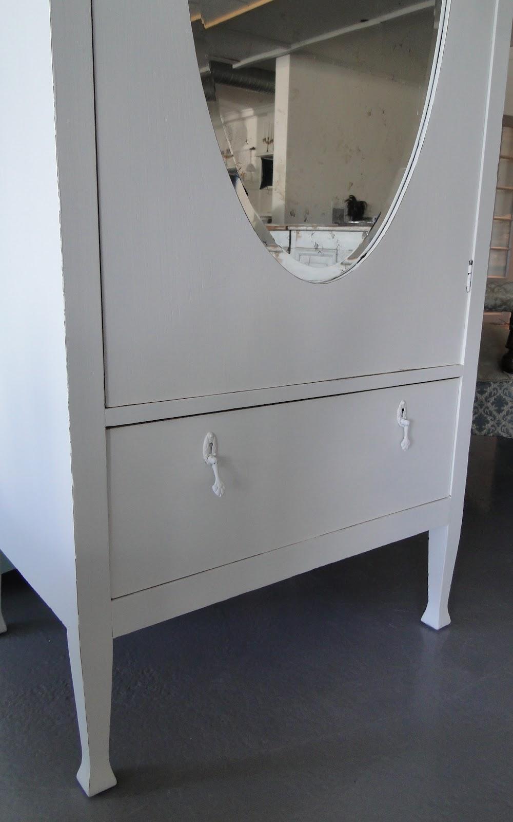 Bevara: vackert vitt ek klädskåp med spegel