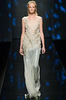 Дълга рокля с лъскава пола и плюшена бродерия на Alberta Ferretti