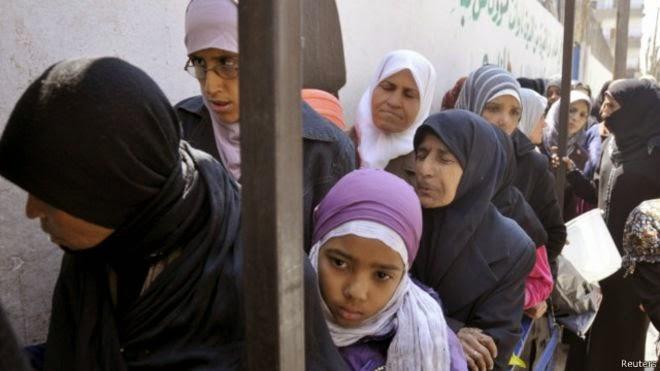 Para pejuang Palestina memukul mundur milisi kelompok yang menamakan diri Negara Islam atau ISIS di kamp pengungsi Yarmouk, di Damaskus, Suriah.