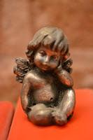 Parece un angelito pero nadie se da cuenta que las apariencias engañan.
