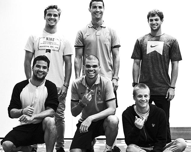 Critiano Ronaldo y Pepe con los surfistas del equipo Nike