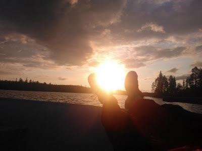 Kalastaja nauttii auringonlaskusta Ilomantsin Tokrajärvellä.