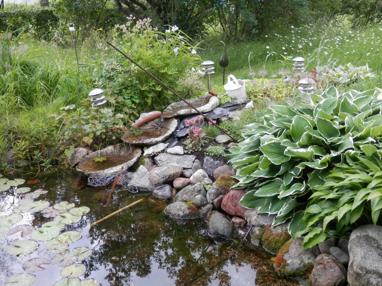 litet vattenfall trädgård