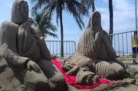 Artistas da Paraíba constroem presépio de areia em praia de São Paulo