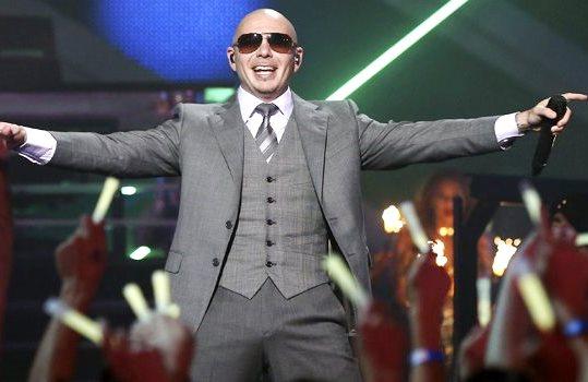 Pitbull cantando con terno