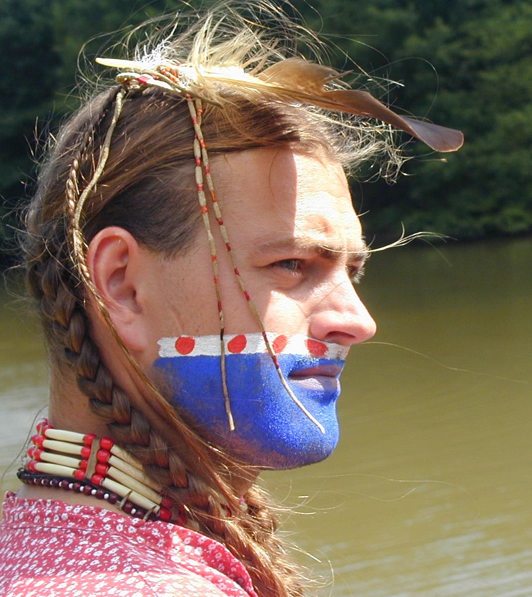profil pomalované indiánské tváře Pavla Kučery