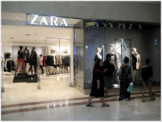 Zara entrance with a quiet interior