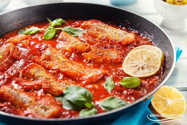 polędwica z mintaja w pomidorach, mintaj w pomidorach, ryba w pomidorach, ryba w sosie pomidorowym, danie jednogarnkowe z rybą, mintaj w sosie pomidorowym, sposób na rybę, pomysł na rybę, mintaj z patelni, ryba z patelni, kraina miodem płynąca, dietetyczna ryba, dietetyczne danie,