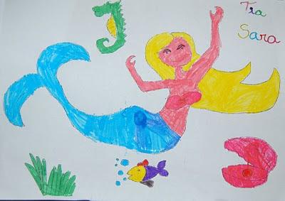 Desenho bem colorido de uma sereia, rodeada por um cavalo-marinho, um peixinho, uma ostra, e algas. No canto superior direito, está escrito 'Tia Sara', cada letra pintada de uma cor.