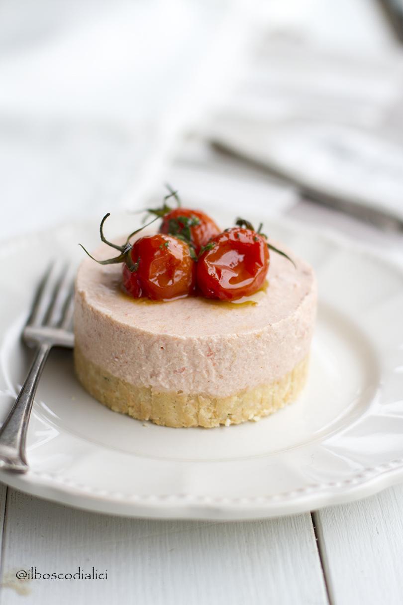 cheesecake salata di pappa al pomodoro con pomodori confit e olio al basilico