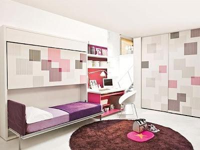 dormitorio blanco y berenjena compartido