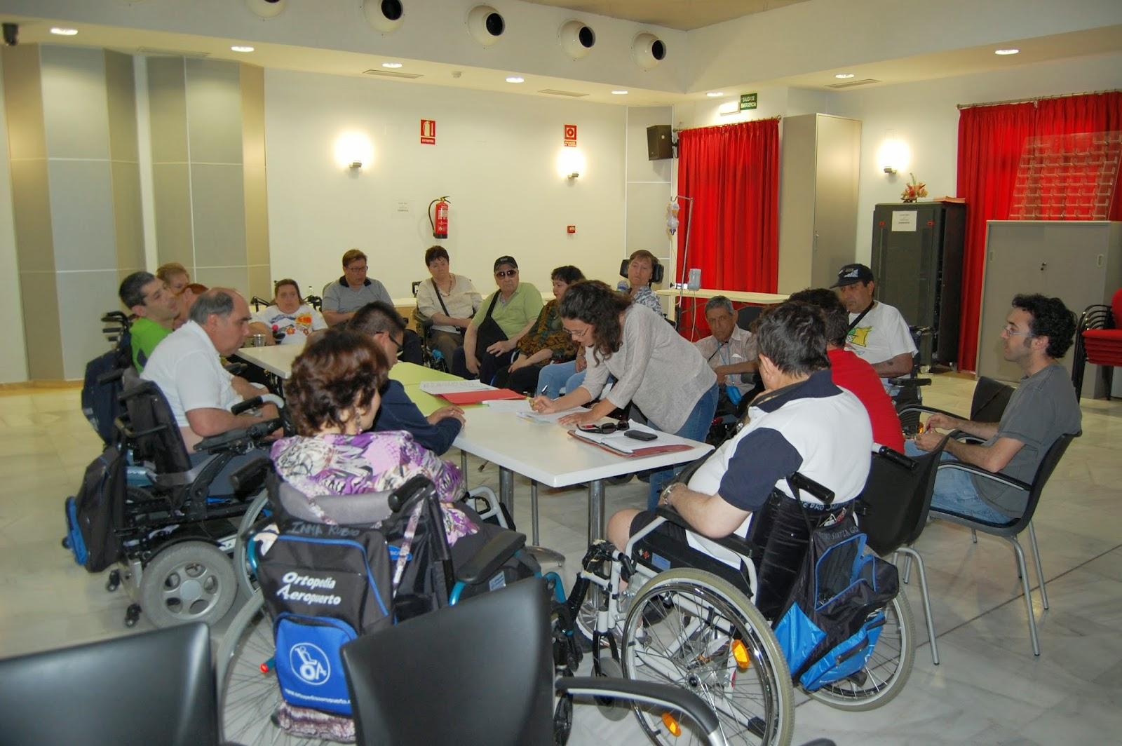 Vista de la sala de reunión con los 17 participantes en torno a una mesa de trabajo