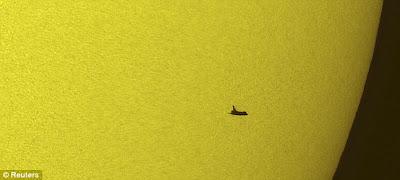 Gambar Kapal Angkasa Atlantis Semasa Melintas Matahari