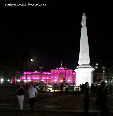 Espacio público iluminado en la noche