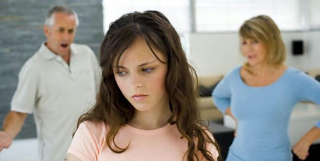 DELE B2 - PRUEBA 4 - TAREA 2 - OPCIÓN A (Fotografía padres e hija adolescente)