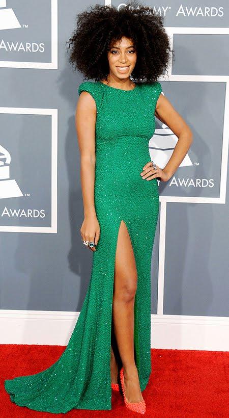 Соланж Ноулз на Грами 2013 в изумрудено зелена рокля и ярки обувки Manolo Blahnik