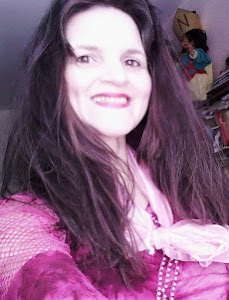 Fericirea o face pe femeie frumoasa,dragostea o face fericita.Iubirea este adevaratul fard alFemeii