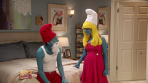 Howard y Bernadette, disfrazados de Pitufos, en un capítulo de TBBT