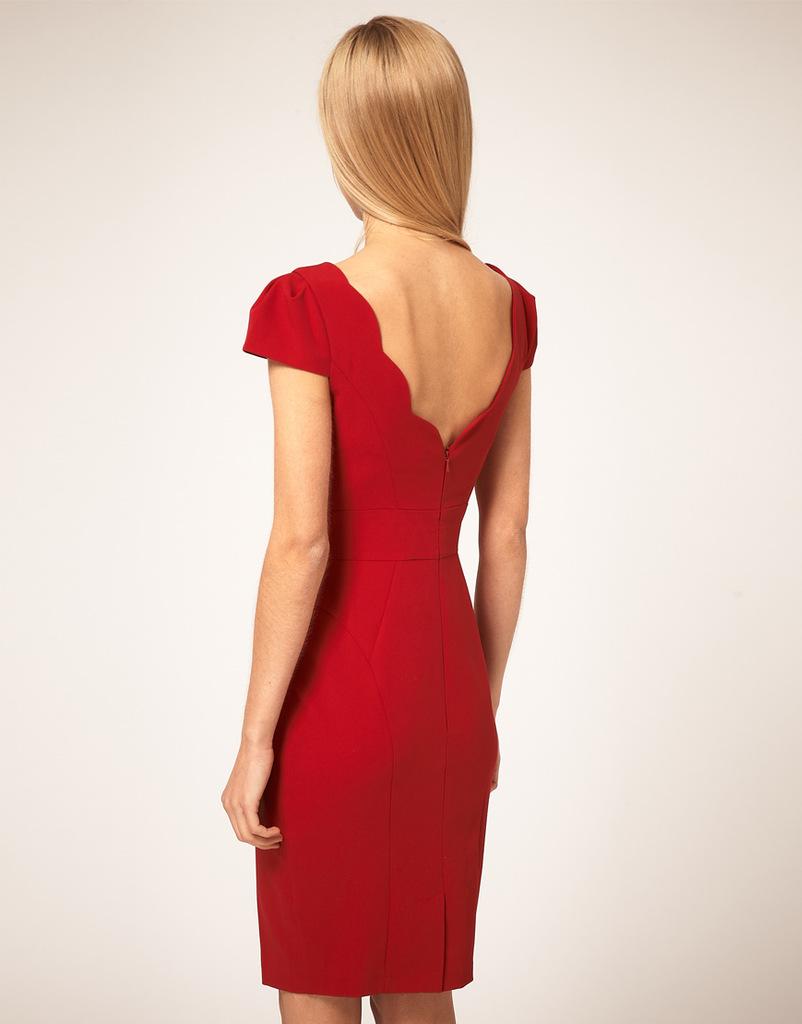 Фото платье футляр с открытой спиной