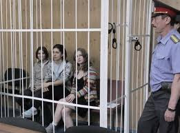 Yekaterina, Nadezhda e Maria Alyokhina na gaiola