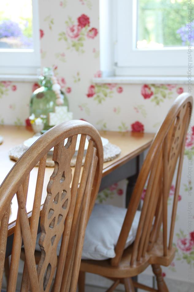 blick-auf-zwei-küche-stuhl-lehnen-im-hintergrund-blumen-tapete
