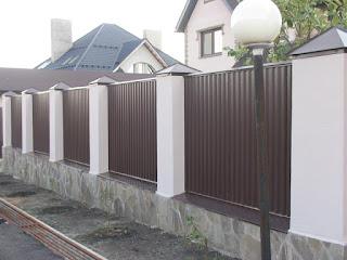 Забор из профлиста с кирпичными столбами. Фото 12