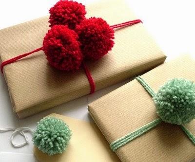Envolver regalos con pompones de lana