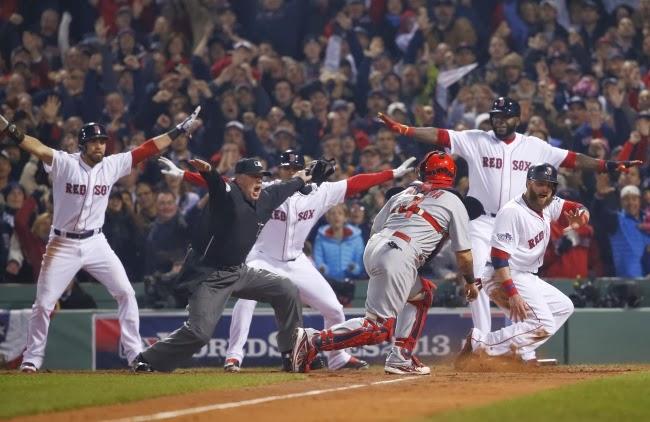 Игроки показывают, что бейсболист Джонни Гомес благополучно добежал до базы, и судья Джим Джойс — единственный, кто продолжает считать.
