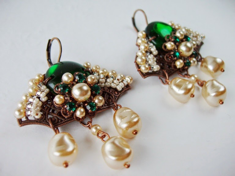 Chandelier earrings Long emerald green and pearl Estonian designer jewelry ビジュー bijoux ohrringe