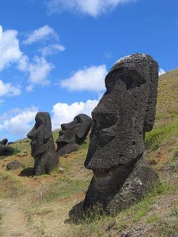 Moái en las laderas de la cantera del volcán Rano Raraku.