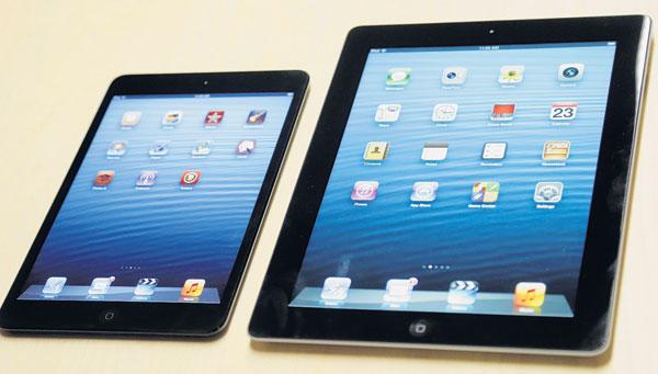 IPAD mini (kiri) dipamerkan bersama generasi keempat iPad di San Jose, California kelmarin.